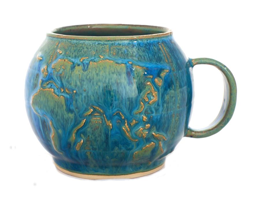 Die Tasse ist in der Form einer Welt mit Relief dargestellt.