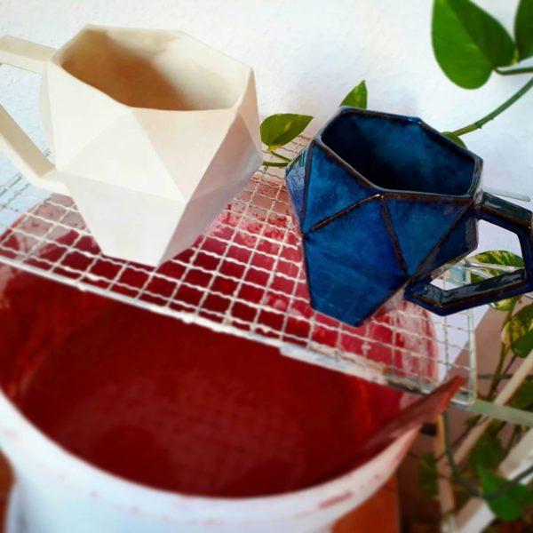 Der Glasiervorgang der 3D-Tassen.