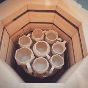 Es sind die zukünftigen Keramiktassen im Brennofen dargestellt.