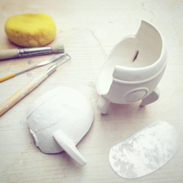 Eine 3D-Tasse (Raketentasse) geht während der NAchbearbeitung mit Hand kaputt